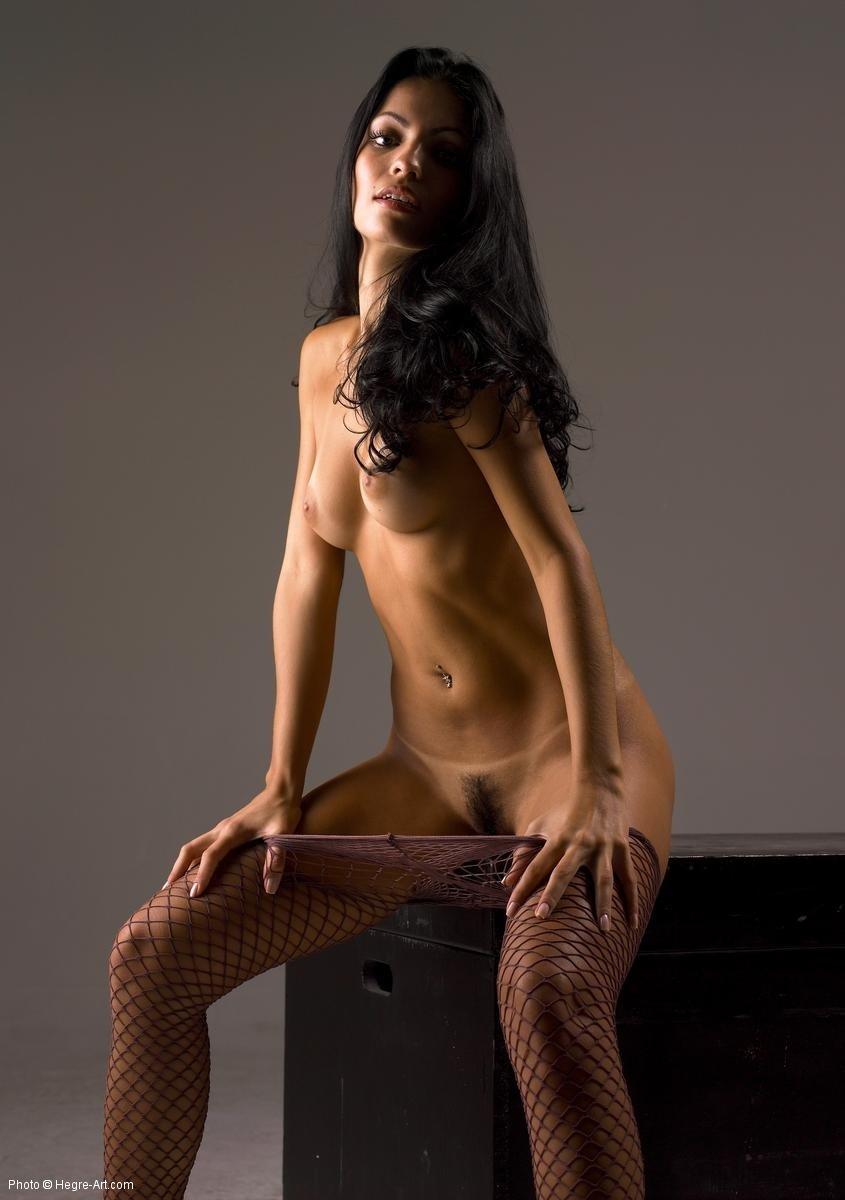Мега стройная брюнетка сексуально сняла колготки до колен
