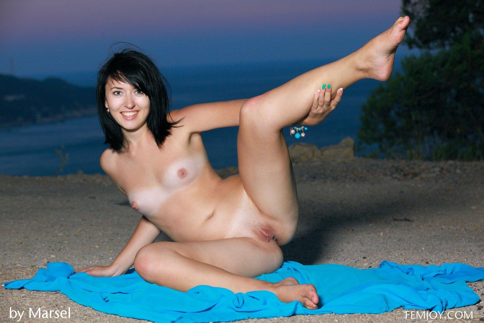 Миловидная брюнетка раздевается на пустом берегу