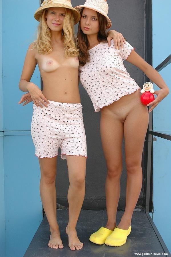 Две молодые загорелые девки сняли трусики