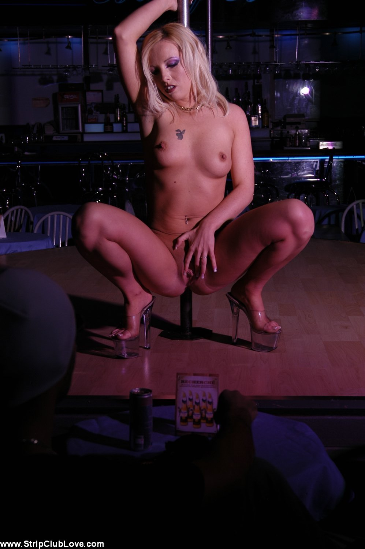 секси блондинка в чулках танцует стриптиз - 10