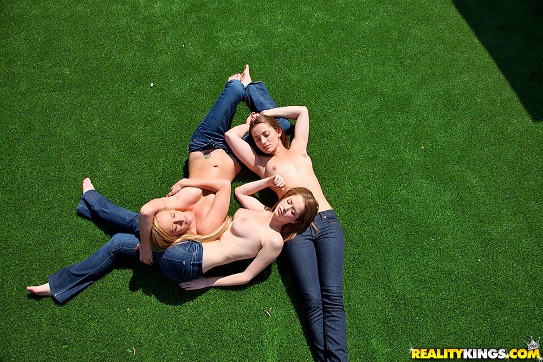 Три голые жопы на лужайке