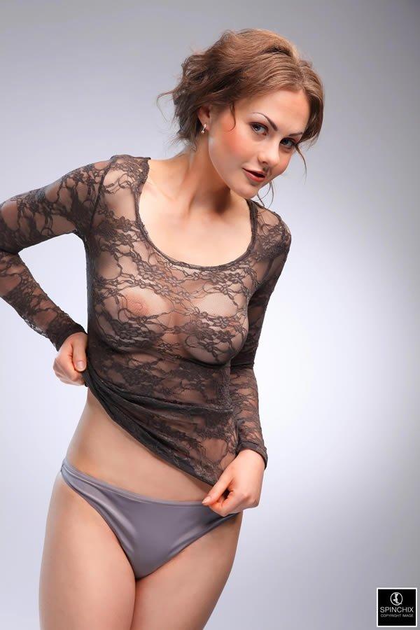 Секси девка приспускает стринги и оголяет сиськи