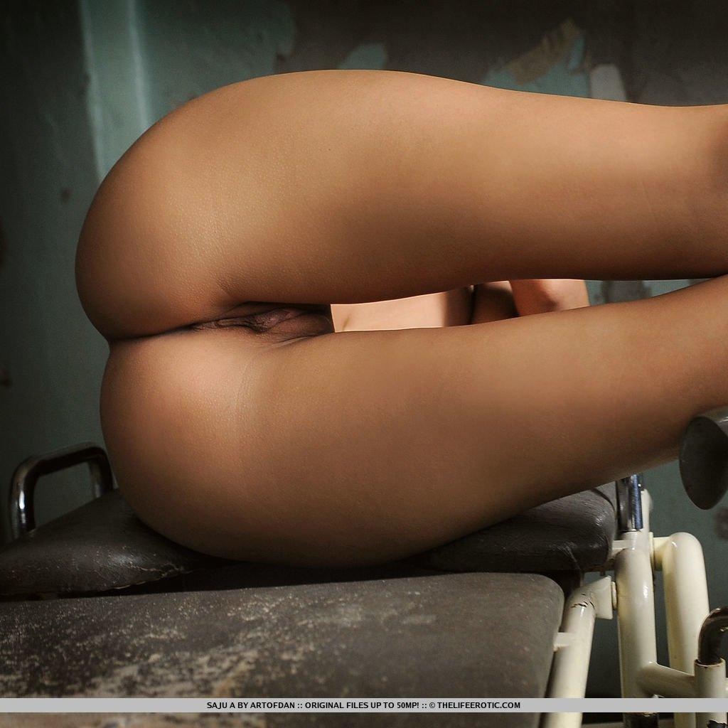 Длинноногая красавица в заброшенном доме позирует голая