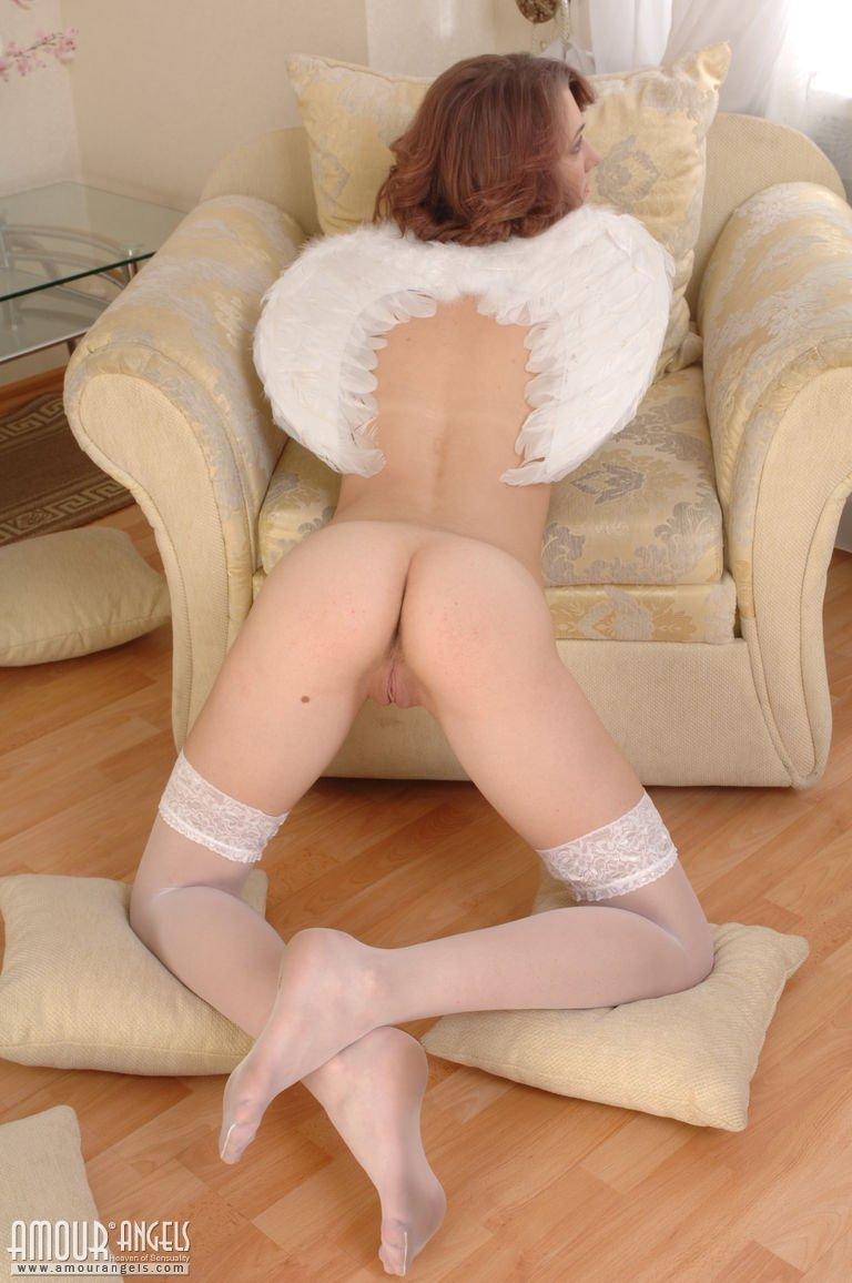 Худая девушка с крыльями на спине сняла нижнее белье, оставшись с голой киской