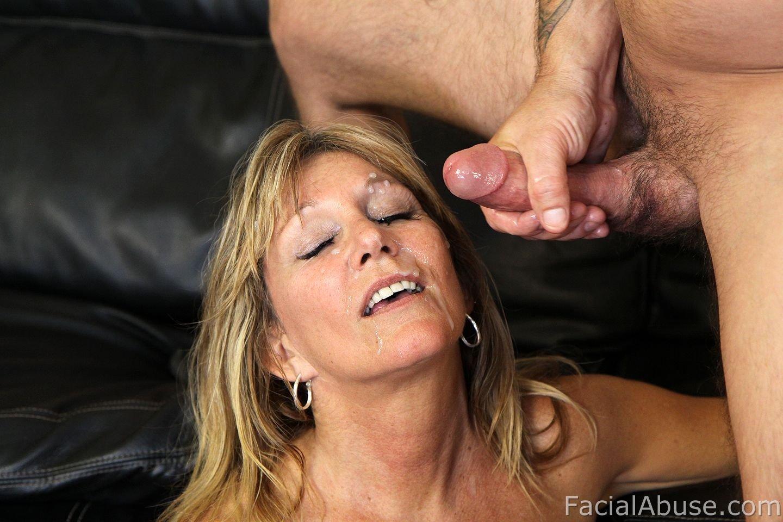 Женщина обменивается спермой с молодой подругой после ЖМЖ