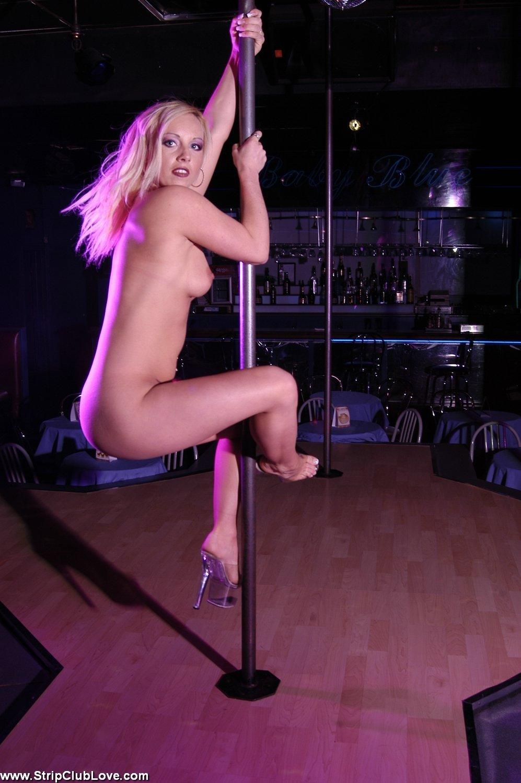 упругой горячая блондинка танцует стриптиз голые девчонки фотаются
