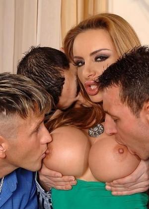 Трое парней во все щели трахнули красивую женщину