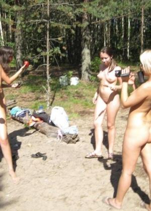 Группа молодых девчонок лесбиянок отдыхает на природе