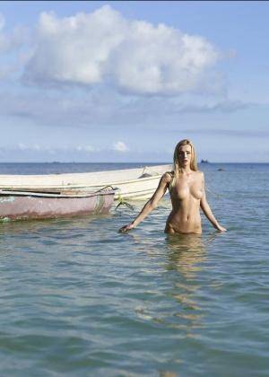 Голая блондинка зашла в воду по пизду