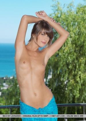 Восхитительная девушка на курорте позирует голая