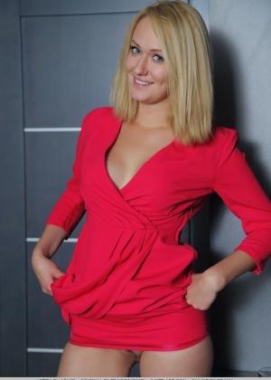Снимая красное платье, блондинка показывает свою красивую киску