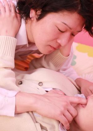 Азиатская студентка ебется в сапогах и короткой юбке