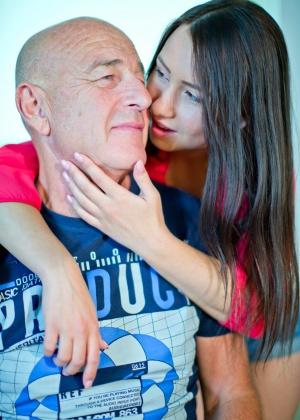 Молодая ебется со стариком