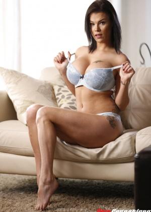 Пета Йенсен ебется на диване