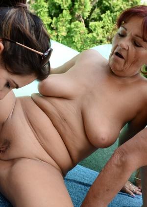 Групповой лесбийский секс молодых и пожилых женщин