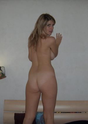 Сексуальная милфа с волосатыми руками в своей кровати