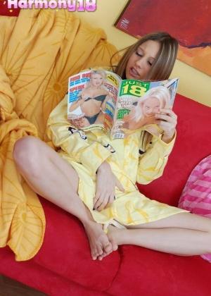 Девушка возбудилась читая эро журнал