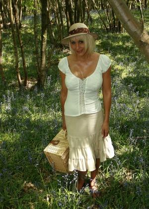 Белокурая милфа разделась на пикнике в лесу