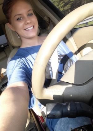 Блондинка показывает большие сиськи и пизду в машине