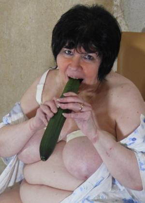 Пожилая Ева с огурцом