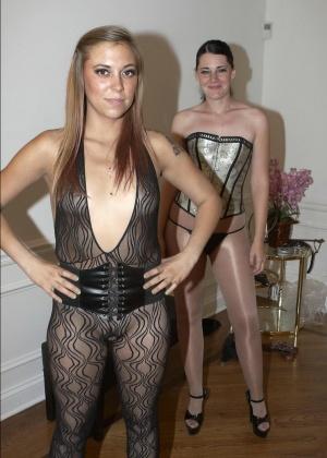 Голые мужчины и женщины в одежде - Фото галерея 940011
