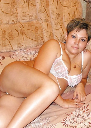 Зрелая жена в белом нижнем белье и без него