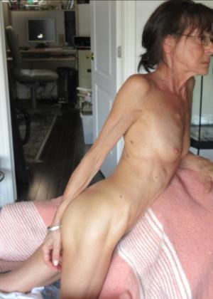 Голая 56-летняя женщина