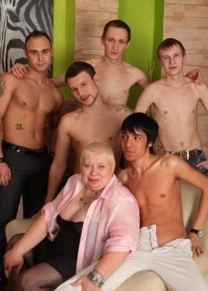 Голые мужчины и женщины в одежде - Фото галерея 965144