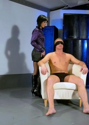 Голые мужчины и женщины в одежде - Фото галерея 947372