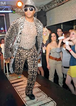 Голые мужчины и женщины в одежде - Фото галерея 909569