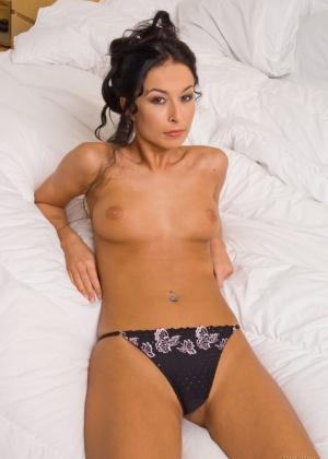 Красивая Хана Витварова лежит в кровати