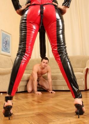 Голые мужчины и женщины в одежде - Фото галерея 753209