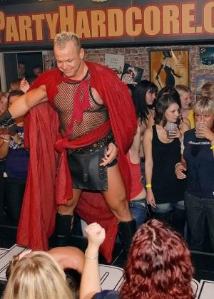 Голые мужчины и женщины в одежде - Фото галерея 754663