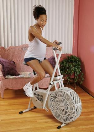 Беременная негритянка разделась на велотренажере