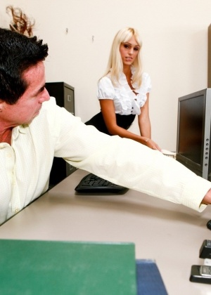 Мужчина выебал блондинку в кабинете и забрызгал спермой лицо