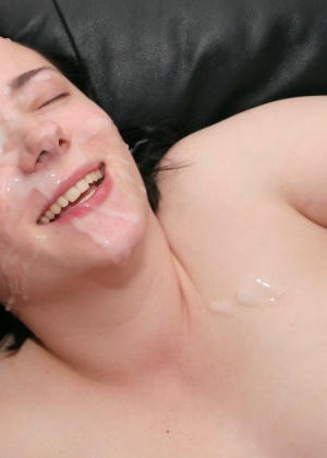 Мужик осеменил лицо толстушки после минета