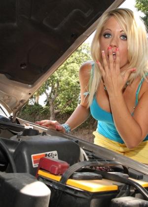 Негр помог блондинке отремонтировать машину