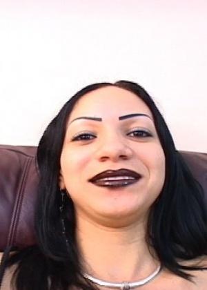 Шмара почистила зубы спермой негра