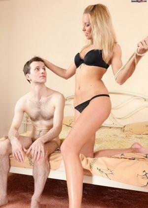 Наглая блондинка дает лизать мужу, но сосет у любовника