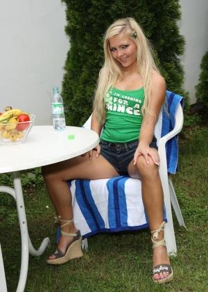 Худая девушка сделала своей подружке блондинке фистинг