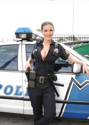 Поимел грудастую даму в специфической униформе