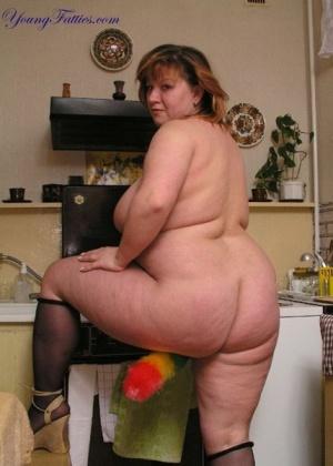 Жирная позирует голая на кухне, конечно, где ж еще то