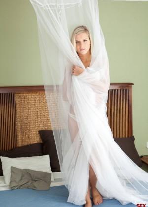 Голая блондинка ласкает киску в кровати