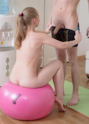 Секс в спортзале с молоденькой блондинкой