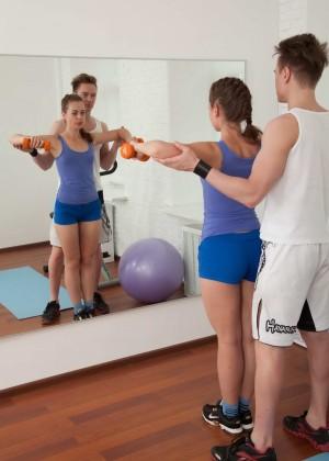 Инструктор по фитнесу трахнул стройную девчонку прямо в спортзале