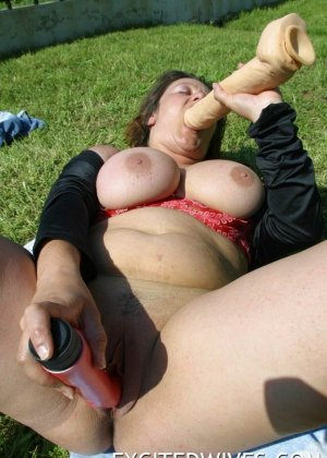 Толстенькая бабенка ебет себя на лужайке двумя секс игрушками