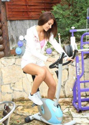 Девушка с маленькими сиськами возбудилась на велотренажере