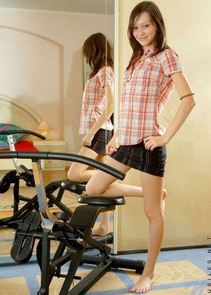 Арианна вспотела на велотренажере и разделась до гола