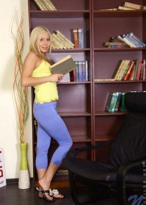 Худая блондинка предпочитает большие секс игрушки