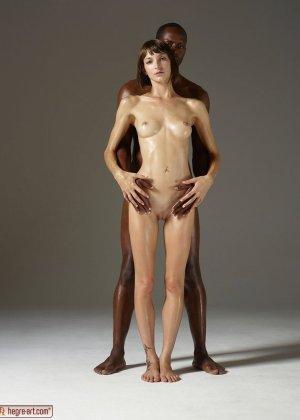 Сильный негр и хрупкая белая девушка позирует обнаженными